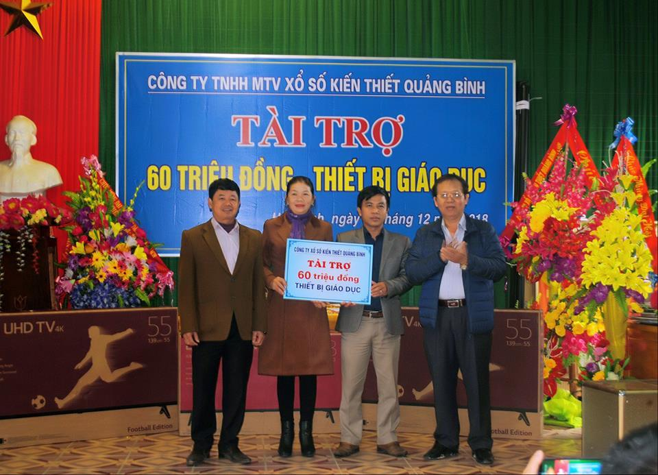Công ty XSKT Quảng Bình hỗ trợ trường THCS Lưu Trọng Lư và trường MN Hạ Trạch.