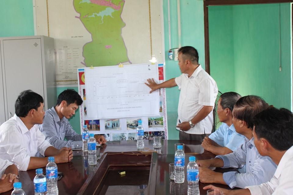 Họp bàn về dự án kè hồ trước Đình làng