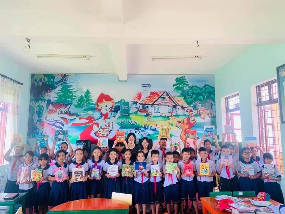 Quỹ khuyến đọc tặng sách cho trường Tiểu học Hạ Trạch