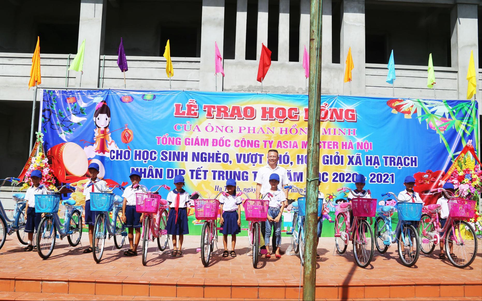 Tặng xe đạp và quà cho học sinh nghèo Hạ Trạch