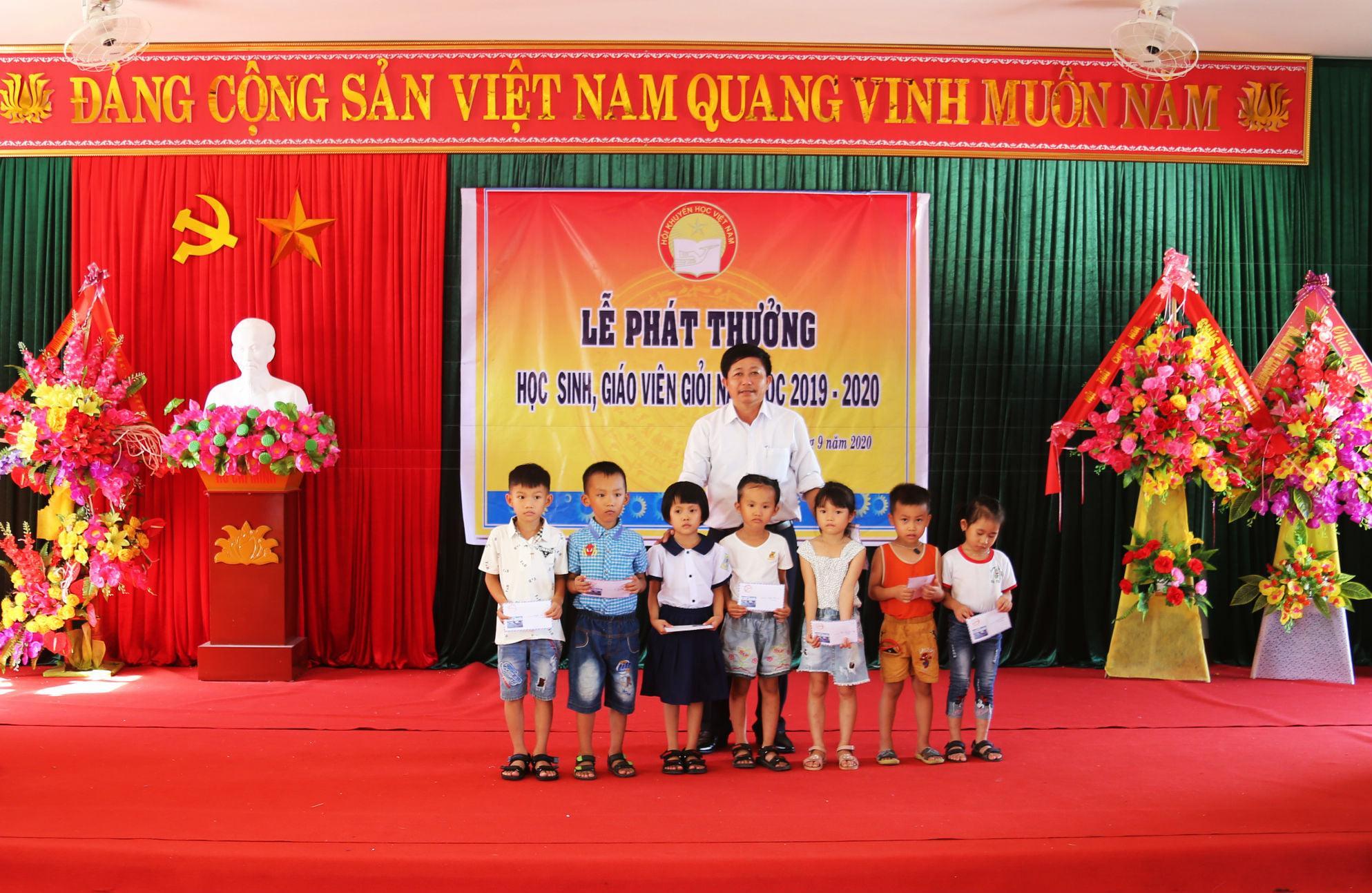 Anh Nguyễn Trọng Khánh hỗ trợ quỹ khuyến học