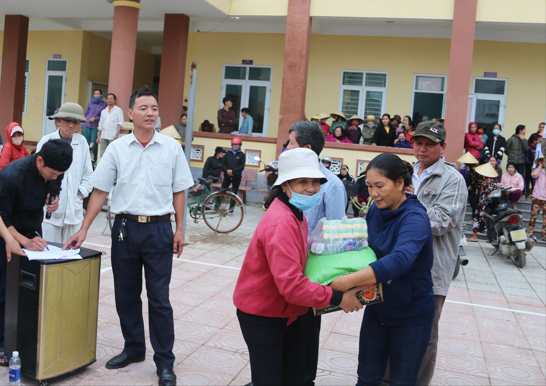 Phụ nữ xã Thọ Sơn, huyện Bù Đăng, tỉnh Bình Phước tặng quà