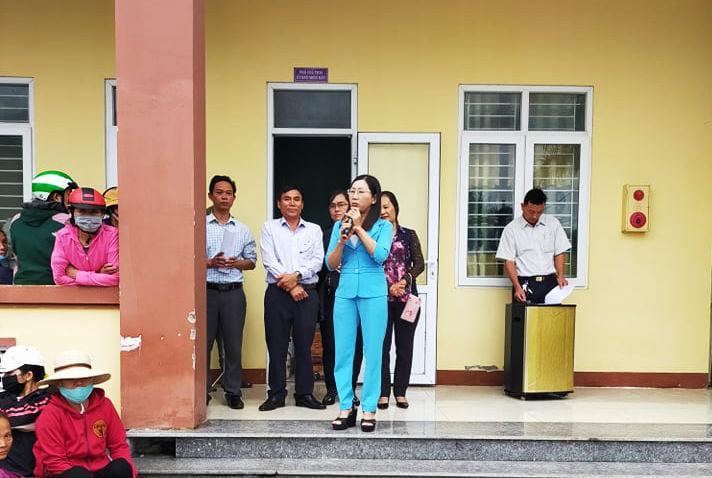 Chị Nguyễn Thị Quỳnh Nga và trường mầm non Tuổi thơ tặng quà