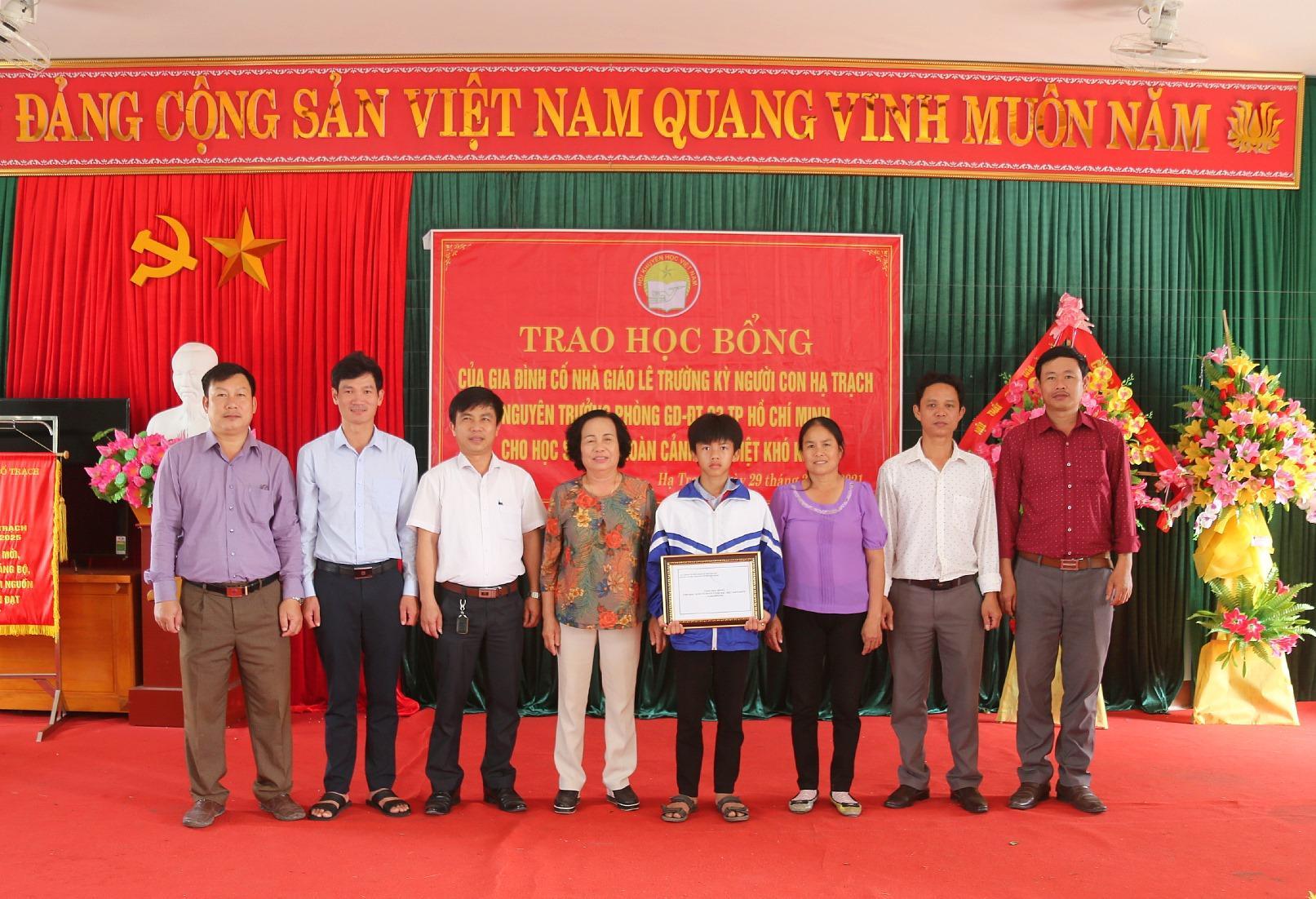 Tặng học bổng cho cháu Nguyễn Văn Du