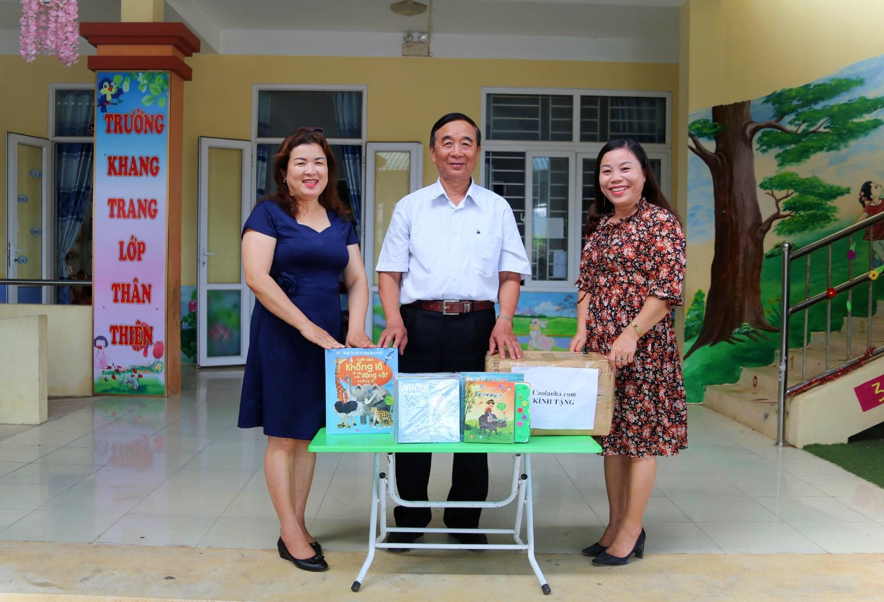 Trường Mầm non Hạ Trạch tiếp nhận sách của caolaoha.com