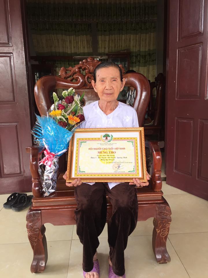 Cụ bà Lưu Thị Xuân đọc thơ